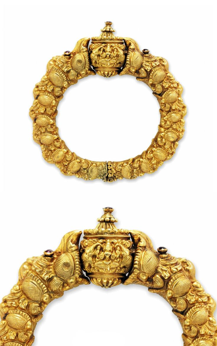 South India - Madras | 'Makara' heads bangle holding a stylised 'rudraksha' bead, the eyes and bead are set with red gemstones | ca. 1850 | Est. 4'000 - 6'000£ ~ (June '15)
