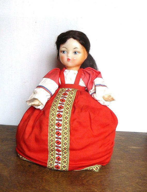 Sowjetische Kaffeekanne oder Tea Pot wärmer Puppe mit russischen traditionellen Tracht. Sowjet-Ära Sammler Puppe. Der Kaffee oder Tee Pot geht unter