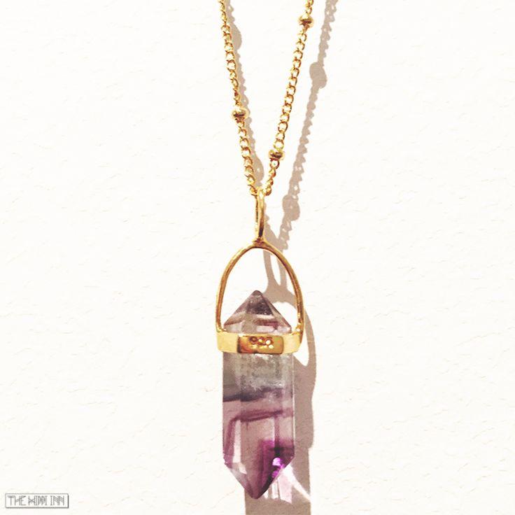 Bohemiska smycken - Bohemiskt halsband med tunn guldfylld kedja och vacker kristall (regnbågs fluorit). Passar till allt!