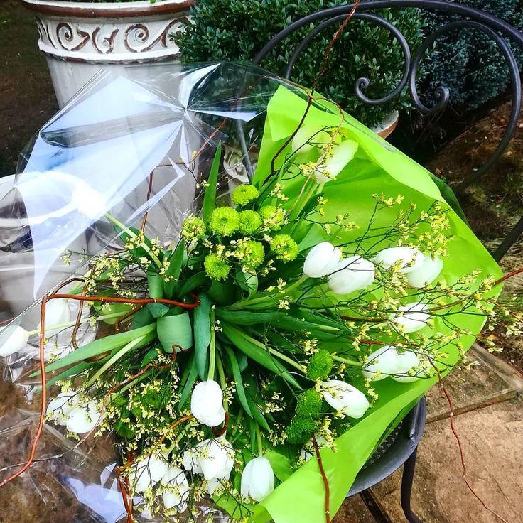 Le plaisir de choisir des fleurs et de composer un bouquet pour une occasion exceptionnelle #birthday #igerflowers #tulips #tulipes #fleursblanches #bouquetnature #friends #instalike #instafriend #momentlikethis #white #green #flowerstagram #flowershop #plaisir #faireplaisir