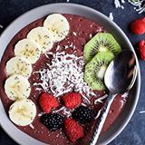Start your mornings off on the right foot! BANANA BERRY SMOOTHIE BOWL an easy delicious way to add protein, fiber, fruits, and veggies to your breakfast! Easily customize the toppings to your Smoothie Bowl. Tastes so good, you won't know it's healthy! ❤️Recipe --> http://www.joyfulhealthyeats.com/banana-berry-smoothie-bowl/ (click linkinprofile ☝🏼️) #foodblogeats #healthyrecipes . . #recipes #breakfast #buzzfeast #CookCL #cleaneating #eatingfortheinsta #eattheworld #eeeeeats #greatist…