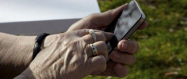 Tener un teléfono móvil inteligente es necesario para todo el mundo, las posibilidades que ofrecen al usuario lo convierten en imprescindible para todos nosotros independientemente de nuestra edad. Los más veteranos también quieren recibir fotos, hablar por Whatsapp, leer correos o navegar por Internet. Los problemas que pueden tener con los dispositivos electrónicos, demasiadas funcionalidades, o el miedo a meter la pata provoca que muchas personas mayores no se atrevan a dar el salto.