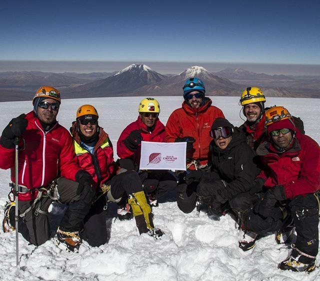 Cumbre Sajama 6549 m.s.n.m Cordillera Occidental de Bolivia.  Hoy nuestro mensaje es de motivación, alegría y el compromiso  de amar, admirar, cuidar la montaña,  respetar la fuerza de los paisajes y la permanencia de su silencio.  Hoy las montañas son mucho más que la rugosidad de la tierra, son la suma de la majestuosidad de la roca puesta en pie en arquitecturas gigantes y del sentimiento que les han otorgado los montañistas. Un sentimiento que nace de la pasión por las cumbres, lugares…