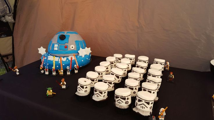 R2D2 cake and Stormtrooper cupcakes