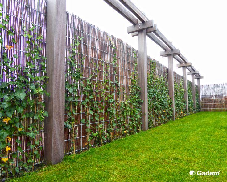 Wilgenteenmatten geplaatst tegen trellisschermen van gegalvaniseerd staal tussen extra dikke hardhouten palen. De wilgenteenmatten zorgen voor een natuurlijke uitstraling. Productnummer: DE3302