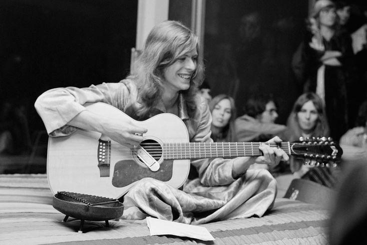 """<B> 37.  'Quicksand' (1971) </ b>.  <I> Aaron Hemphill, mentirosos </ i>:. """"Com apenas sua voz, uma guitarra acústica e letras incríveis que são incrivelmente organizadas, essa música me leva mais longe do que qualquer faixa já tem de"""" Hunky Dory """"Eu acho que sua escolha em palavras e voz incrivelmente expressiva comunica um estado mental e emocional tão singular que torna a música muito mais do que a soma de suas partes """"."""
