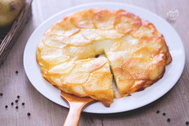Le Pommes Anna sono un piatto tipico della cucina francese, si presentano come una torta di patate gratinata in forno con burro fuso, sale e pepe