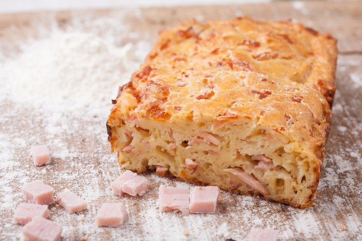 Préparation : 1. Préchauffez votre four à 180°C. 2. Superposez jusqu'en haut d'un moule à cake, des tranches de pain de mie, du jambon et des tranches de fromage à croque monsieur, en t…