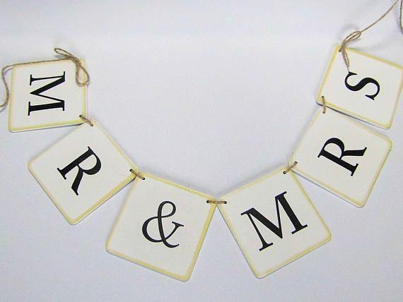 Girlande Mr & Ms Hochzeitsgirlande Mr & Ms. Die Schilder sind auf eine Jutekordel gezogen. Gern kannst Du aber auch ein weißes Satinband bekommen. Teile dies bitte bei der Bestellung mit. Die Girlande läßt sich prima über das Hochzeitsbuffet dekorieren oder an der Eingangstür zur
