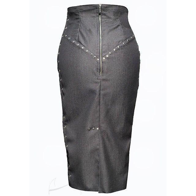 Dżinsowa spódnica wiązana wzdłuż boków z nitami. Dostępna w butiku Łatka fashion.