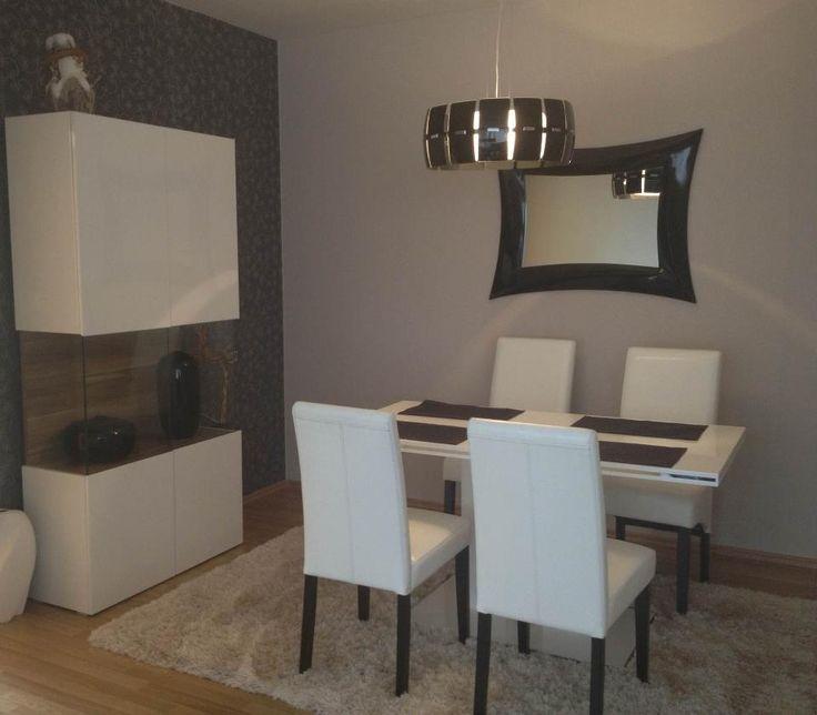 Zrkadlo, stôl a stoličky v jedálni...