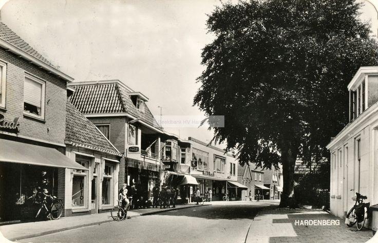 """Hardenberg, Oosteinde met links de hoedenwinkel """"Maison Raak"""".   Mijn Stad Mijn Dorp"""