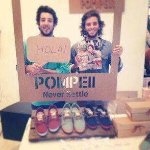 Photocall Polaroid de cartón para eventos. Pompeii zapatillas.