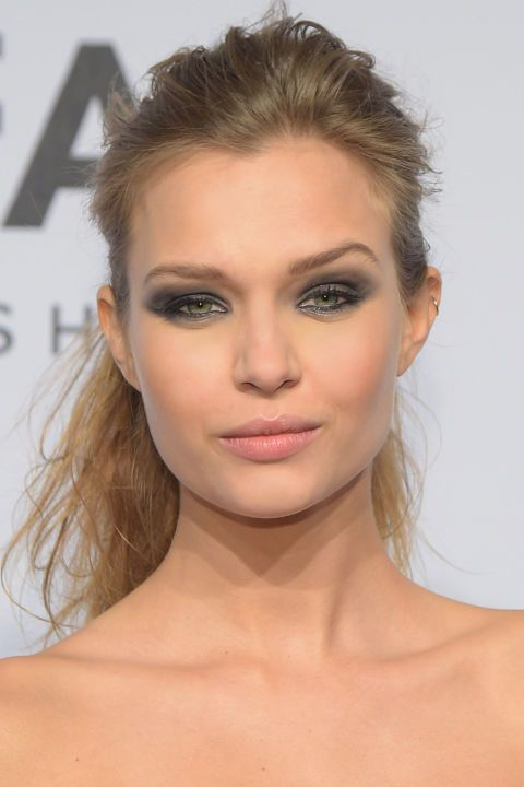 Find out how to get Josephine Skriver's sultry, gunmetal smokey eyes: