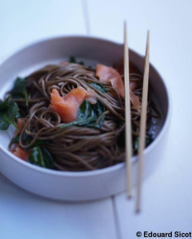 Soba au saumon et pousses d'épinards pour 4 personnes - Recettes Elle à Table