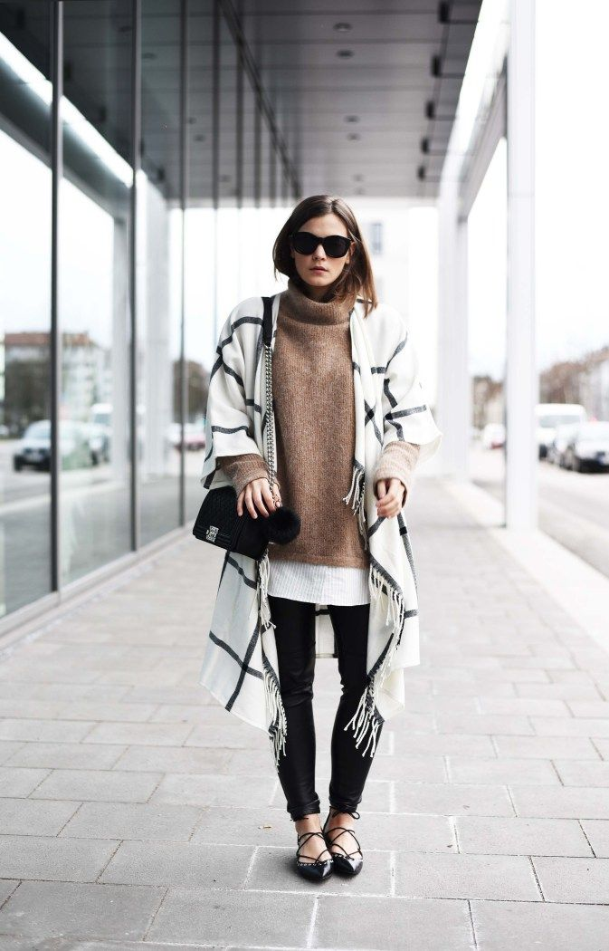 Nina Schwichtenberg from www.fashiioncarpet.com wearing a cape, leather pants, chanel boy bag medium and a layering knit  #fashiioncarpet #autumnwintertrends