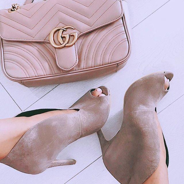 . 『いい靴は素敵な場所へ連れて行ってくれる』 . お気に入りの靴を履いて 今日はどこに行こうかな😋💘 . . #友達募集 #フォローミー #いいねした人全員フォロー #マニキュア #ネイル #ヘア #フットネイル #セルフネイル #fashion #nail #可愛くなりたい #プチプラネイル #赤リップ #自撮り #チーク #canmake #リボンチョーカー #人気 #美容室 #スタイリング #ナチュラル #モデル #タレント #芸能人 #有名人 #フォローバック #ヘアセット #ヘアカラー #可愛い #おしゃれ