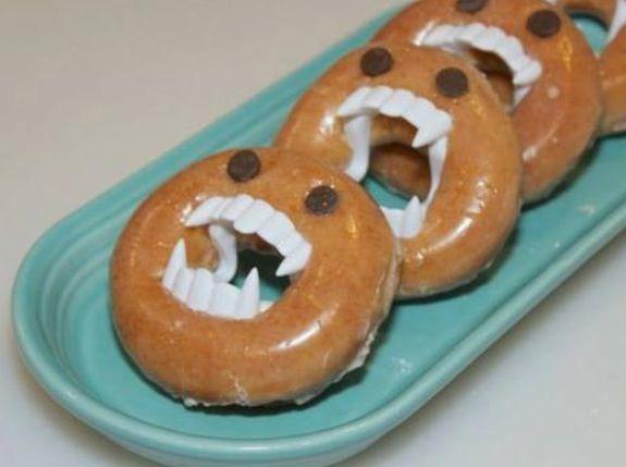 Diese Halloween Snacks sind super einfach zuzubereiten und perfekt, für alle kleinen Gruselfans. Einfach ein Kinder-Vampirgebiss in einen Donut schieben und dem lustigen Vampir-Gebäck zwei Augen aus Schokolade oder Rosinen verpassen. Fertig ist eine tolle Gruselleckerei.