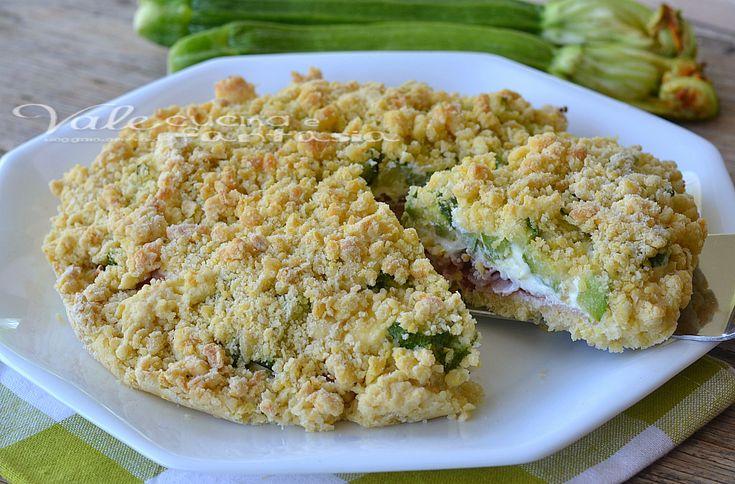 Sbriciolata salata con zucchine stracchino e speck, una ricetta furba e golosa, ideale per uno sfizio veloce, ottima come aperitivo o pranzo all'aria aperta