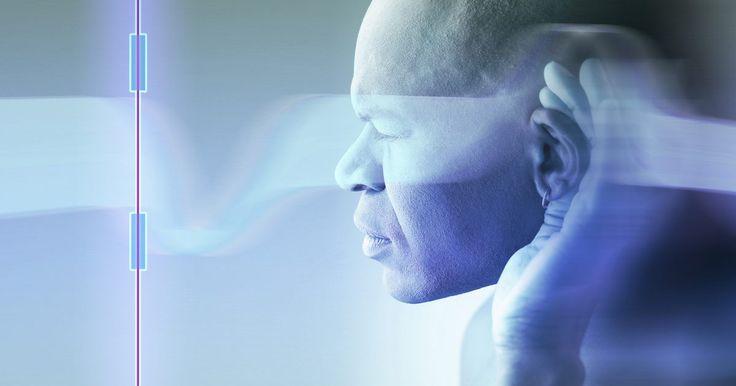 ¿Cómo se mueven las ondas longitudinales?. Las ondas sonoras son un ejemplo de ondas longitudinales. Estas ondas mecánicas transportan energía a través de un medio, tal como aire. Esta energía se mueve a lo largo de la onda a través de la vibración de las partículas del medio. En el caso de las ondas sonoras, son estas vibraciones las que detecta el oído interno e interpreta el cerebro.