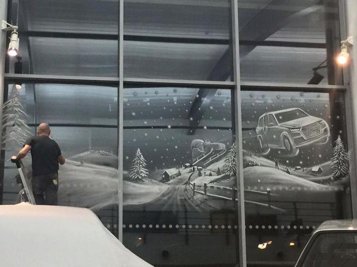 Uno de los adornos navideños más recurrentes en la mayoría de los hogares consiste en pintar los cristales de las ventanascon nieve artificial yrecrear a