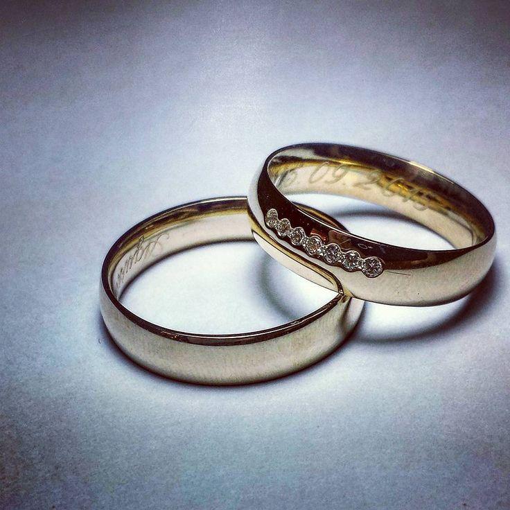 Nowe obrączki ślubne - prosto spod ręki naszego jubilera.  Prezentują nowy sposób oprawy wielu brylantów, dostępny w naszej ofercie.#goldsmith #jewelry #custommade #weddingring #diamonds #eyecatching #workneverends #wedding