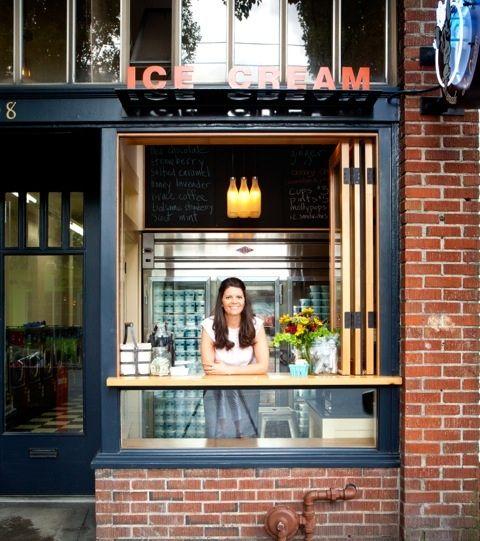 Molly Mon - janela que abre para a rua