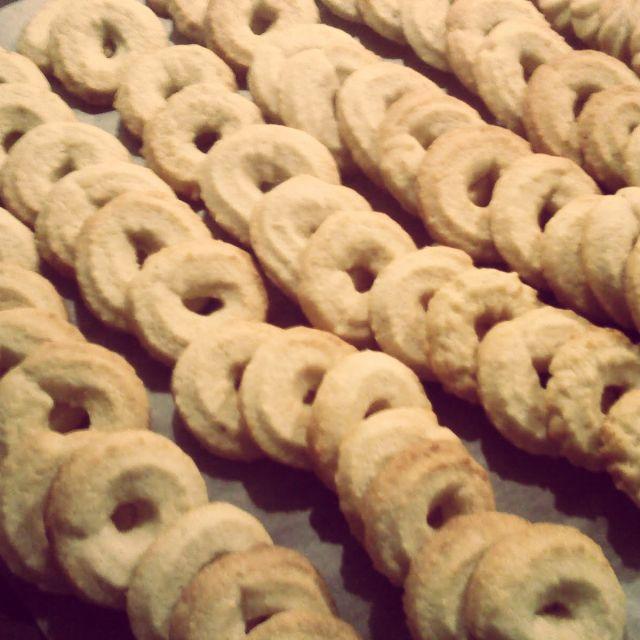 Man ved bare at det er blevet jul, når der bages vanillekranse. De er nemme at lave og smager himmelsk! Man kan ikke sige julebag uden at sige vanillekranse