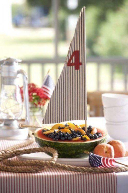 un voilier décoratif sur demi-pastèque