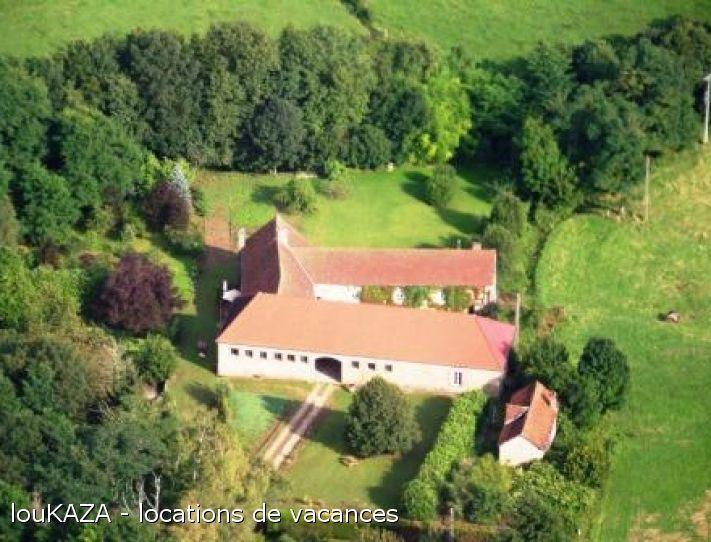 Nicole & Serge vous accueillent pour un séjour en chambres d'hôtes dans le cadre agréable et chaleureux de leur domaine. Ancienne ferme viticole du 18ème siècle, rénovée,  afin de vous proposer un lieu calme, agréable, favorable au repos et la découverte de la Bourgogne et sa route des vins. Niché au cœur d'un domaine verdoyant, ce domaine de près de 2 hectares, situé à 3 kms de la ville de Couches, vous fera découvrir les charmes et les saveurs de la Bourgogne. Notre but est d&#3...