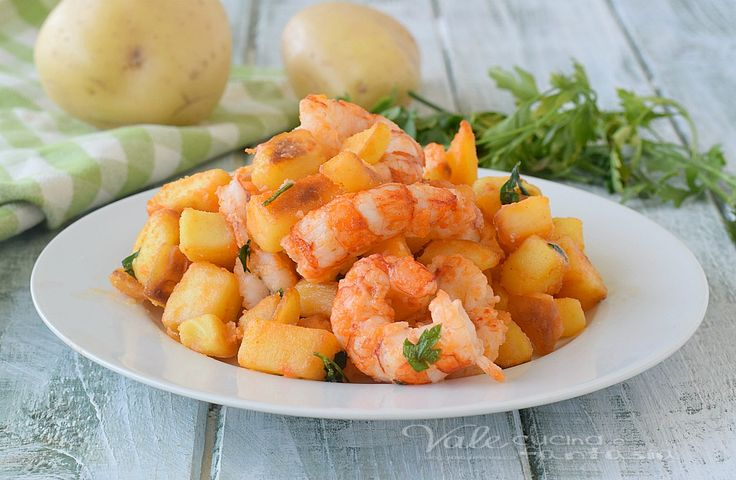 GAMBERI E PATATE INFARINATI in padella ricetta velocissima , ricetta secondo piatto di pesce gustosa e facilissima, fatta con pochi ingredienti