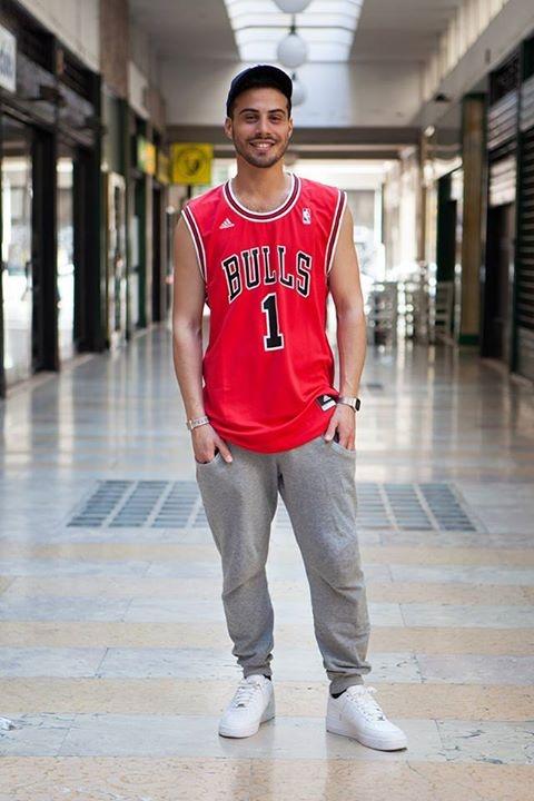 Tra i nostri scatti preferiti dell'#awlabtour, questo outfit di ispirazione basket. Canotta basket replica Bulls e Nike Air Force One Low. Puoi acquistarle su aw-lab.com.