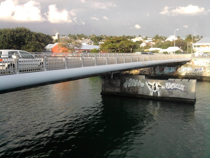 Pont de la rivière d'abord