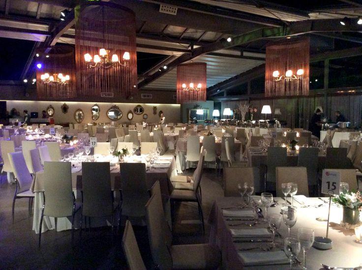 Φθινοπωρινή δεξίωση γάμου στο anais club με lounge διάθεση και μίνιμαλ ύφος, διακοσμημένη με φρέσκα λουλούδια και κεριά