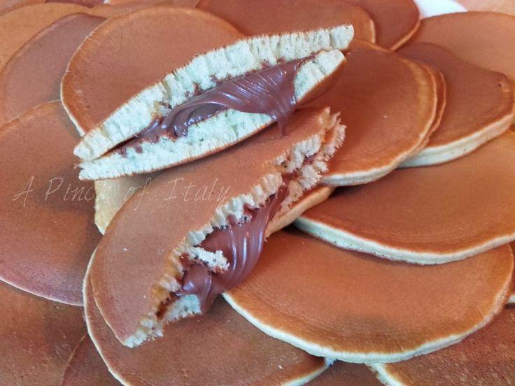 Dorayaki, piccoli sandwich di pancake giapponesi amati da Doraemon, farciti con una pasta dolce di fagioli rossi, che noi abbiamo sostituito con la Nutella