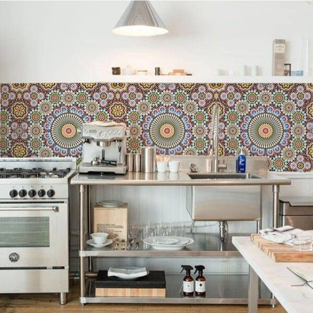 E se a cozinha tiver estampas e cores na parede? Para dar vida à uma cozinha  branca com metais em inox, nada melhor que um toque de personalidade como esse! Vale usar adesivos, azulejos ou até mesmo papel de parede impermeável. Invista! #decor #decoração #arq #arquitetura #cozinha #kitchen #colorido  #estampa #wallprint #paradarcoràvida