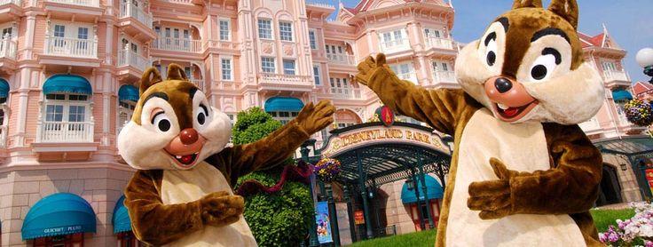 Disneyland® Hotel | Hotels | Disneyland Paris  aller se balader a disney village le soir au moment des fete de fin de fin d'année.