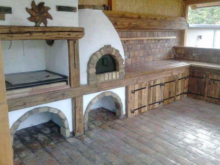 Létezésük nagyon régre nyúlik vissza, a 13. század környékére. Közkedvelté váltak egyszerű építési módjuk és jó hőtartó képességük végett. Az első kemencéket az ázsiai sztyeppéken   építették fel, ahol főként sütésre, főzésre használták. De az idő múlásával rájöttek, hogy fűtésre, füstölésre, pö...
