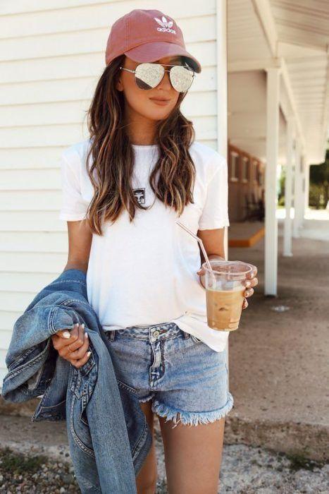 Looks con gorra shorts blusa blanca chamarra de mezclilla gorra rosa adidas lentes espejo aviador