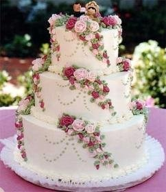 love the floral pattern and the pipping on the cake! My floral pattern would be different shades of purple. but love this design different topper though (of the figurines;))