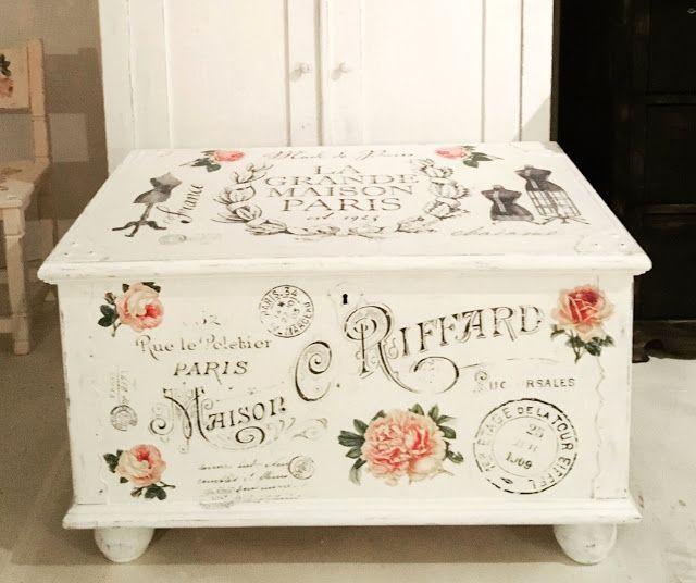 Handmålad kista med franska texter och rosor