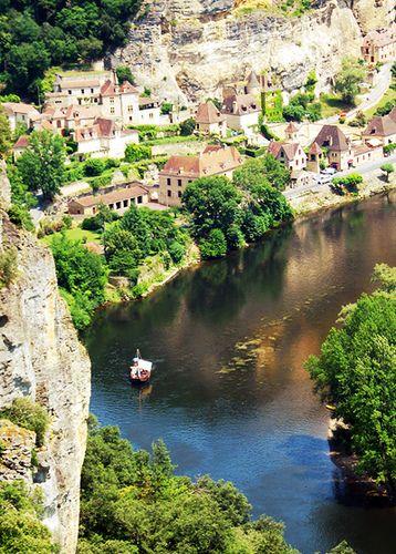 Cette image est la preuve de la beauté de la Dordogne. Rivière, verdure, petit village et nature vous y attendent alors, qu'attendez vous pour préparer votre séjour en Dordogne avec Poplidays? #vacances #France