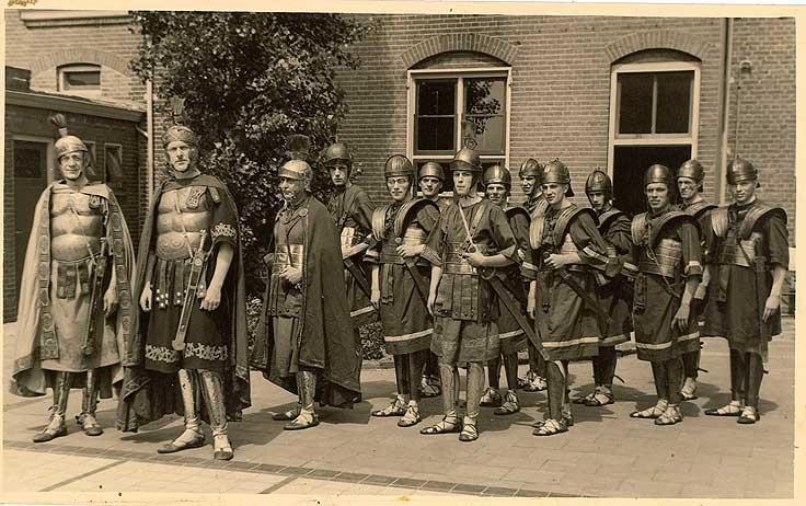 Historische optocht in Middelburg, 1948. Groep als Romeinse soldaten verkleden deelnemers.