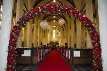Bloemenboog en ballonnen in de kerk