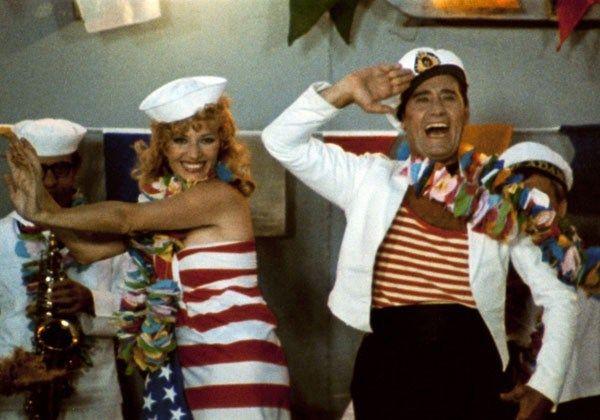 """Alberto Sordi e Monica Vitti nello splendido film """"Polvere di stelle""""(1973), nostalgica rievocazione del mondo dell'avanspettacolo reso con brio, classe e gusto."""