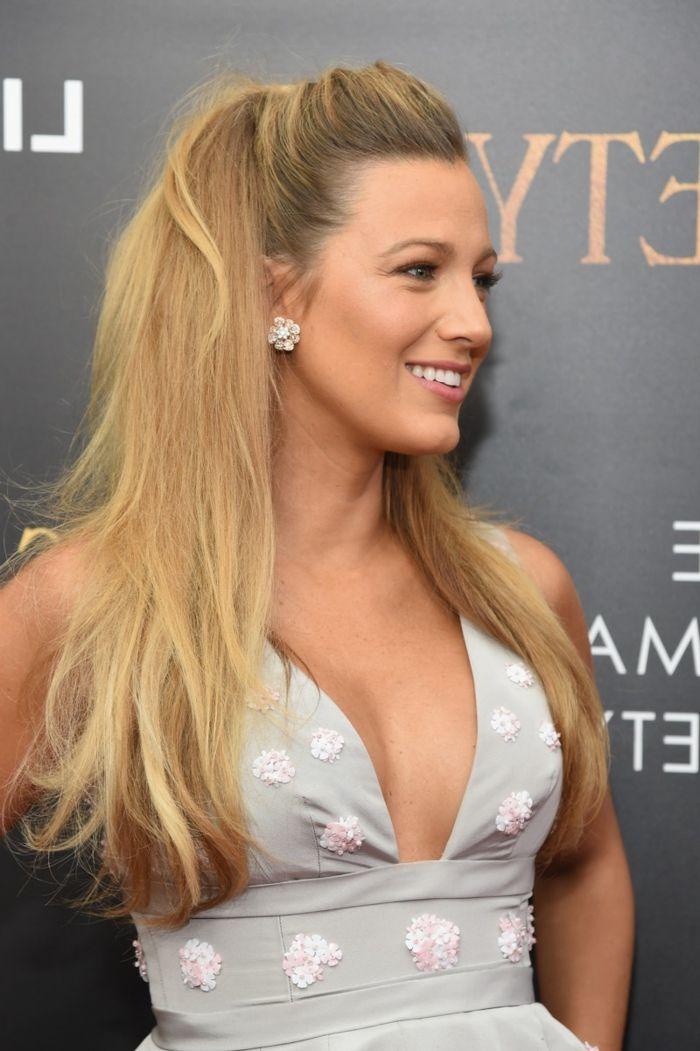 semirecogidos media melena, actriz Blake Lively con peinado semirecogido con coleta, pelo abundante rubio largo