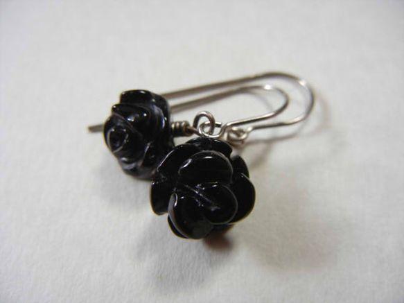 フック、ワイヤー、ピンなど、使用する金属全てを純チタンパーツにした、肌の弱い方にもお使い頂けるピアスです。ブラックオニキスの黒薔薇です。立体的な彫刻が施されて...|ハンドメイド、手作り、手仕事品の通販・販売・購入ならCreema。