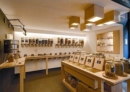 PREMIADOS 3 De arriba a abajo, Gratacós, tienda de moda en paseo de Gràcia, 110; Granel,comercio de alimentación ecológica en el barrio de Gràcia, y Louis Vuitton, complementos de lujo en paseo de Gràcia, 82.