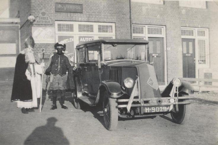 Sinterklaas en Zwarte Piet met de Renault II voor Garage van Ooijen aan de Noordweg (foto: familie Van Ooijen)