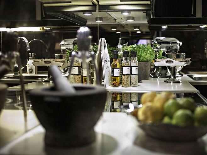 Inspirerer til matlaging. Fristende kjøkkendetaljer på kjøkkenet til Mads Molvik. De beste tipsene til et vakkert hjem - VG+. Foto: MARTE VIKE ARNESEN